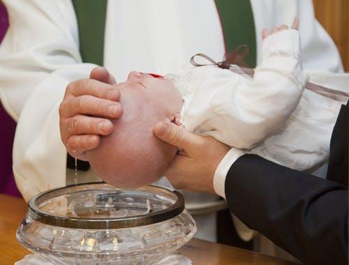 Éducation et tradition : Pourquoi baptiser bébé ?